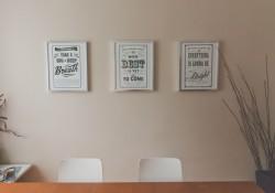 Plakater i indretningen